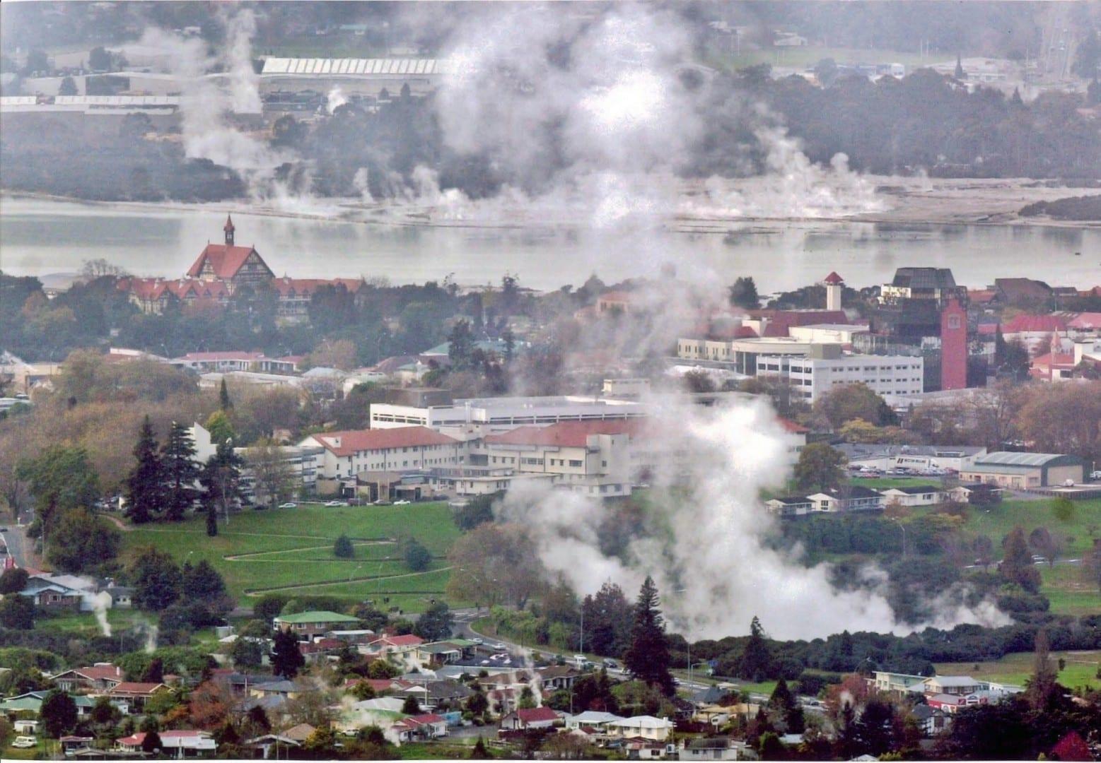 La ciudad de Rotorua y su habitual vapor geotérmico Rotorua Nueva Zelanda