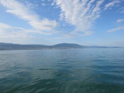 La ciudad vista desde un barco en el lago Neuchâtel Suiza