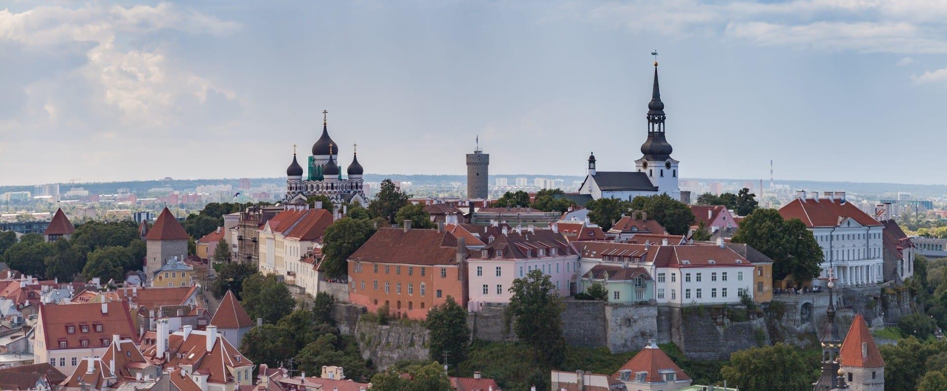 La colina de Toompea vista desde la torre de la iglesia de San Olof Tallinn Estonia