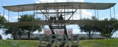 La estatua de tamaño real del Volador Wright en el campus de la Universidad Aeronáutica Embry-Riddle. Daytona Beach FL Estados Unidos