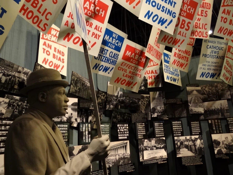 La estatua del manifestante en el Museo Nacional de Derechos Civiles Memphis (Tennessee) Estados Unidos