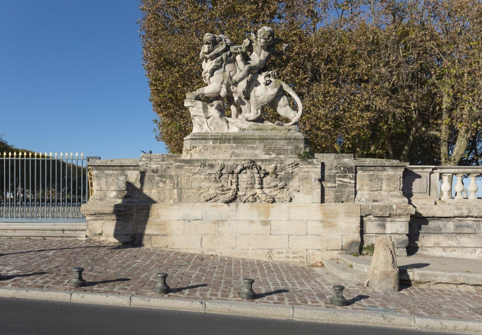 La estatua derecha de la entrada este de la Place royale du Peyrou Montpellier Francia