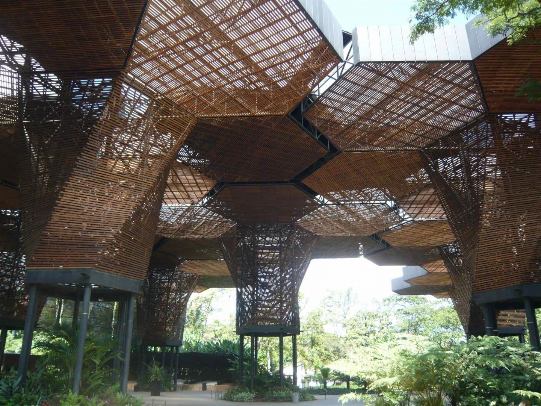 La estructura moderna para la exhibición de orquídeas en el Jardín Botánico El Poblado (Medellín) Colombia