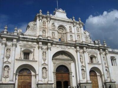 La fachada restaurada de la Catedral de Antigua Guatemala. Antigua Guatemala Guatemala