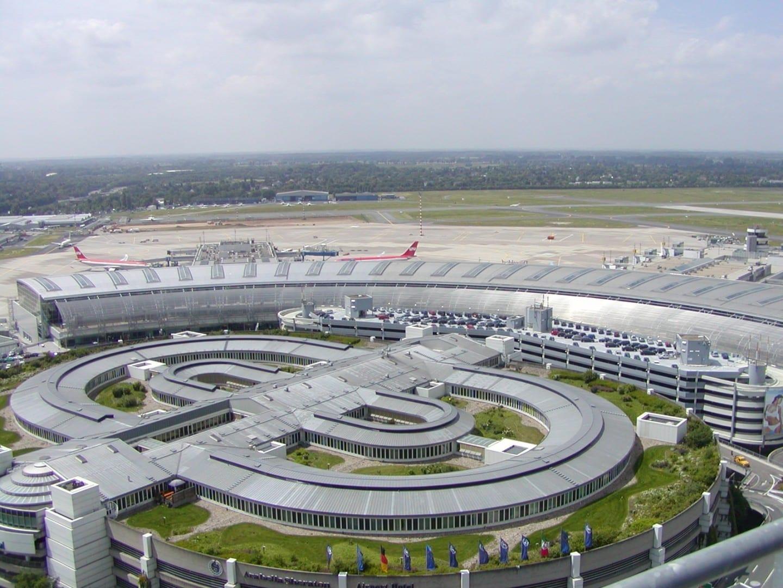 La forma redonda única del Aeropuerto Internacional de Düsseldorf visible desde su torre de control Düsseldorf Alemania