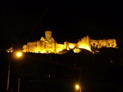 La fortaleza de Narikala de noche Tiflis Georgia