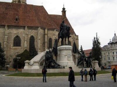 La iglesia de San Miguel, con la estatua de Matthias Corvinus. Cluj Napoca Rumania