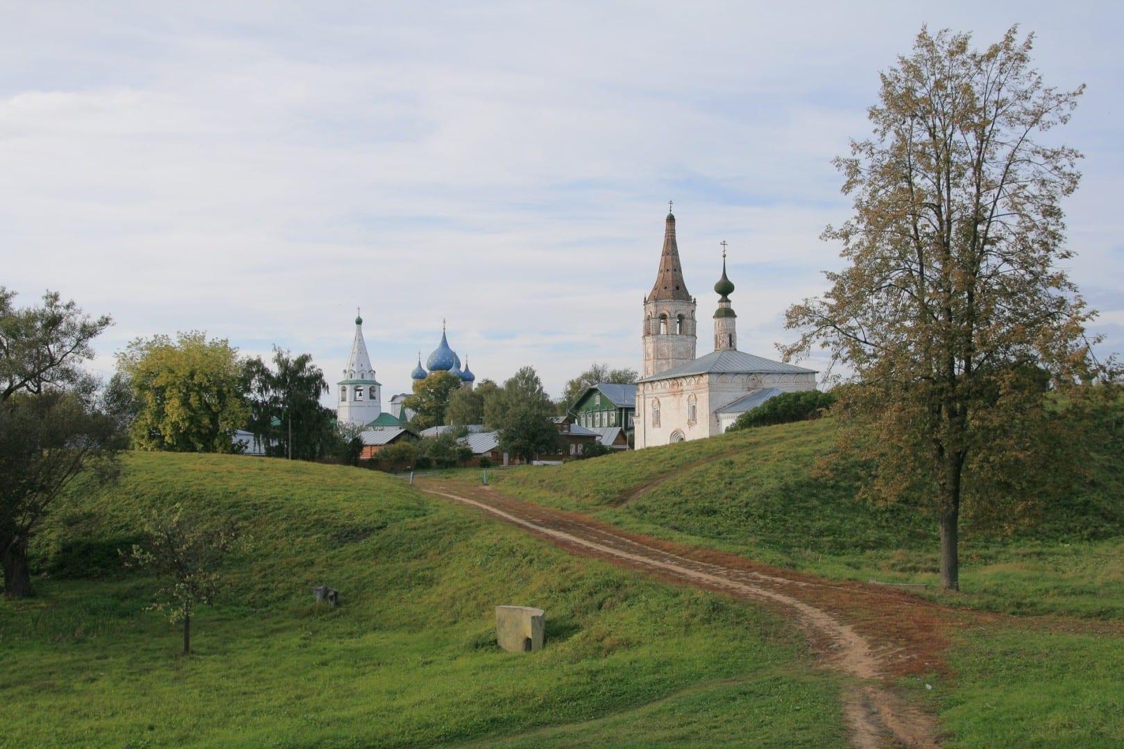 La iglesia de San Nicolás desde las murallas hasta el Kremlin de Suzdal en el fondo Suzdal Rusia