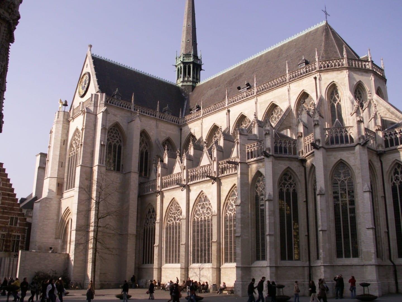 La iglesia de San Pedro en la Grand Place. Lovaina Bélgica