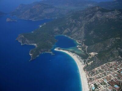 La Laguna Azul en el centro con las calas y montañas circundantes. En la parte inferior derecha de la foto está el pueblo de Ölüdeniz. Oludeniz Turquía