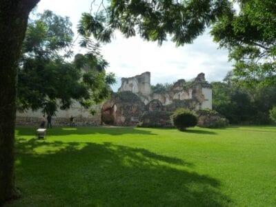 La mayor parte del complejo de La Recolección todavía está en ruinas. Antigua Guatemala Guatemala