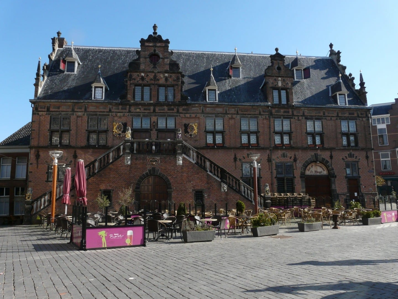 La monumental casa de pesaje alberga ahora un agradable café. Nimega Países Bajos