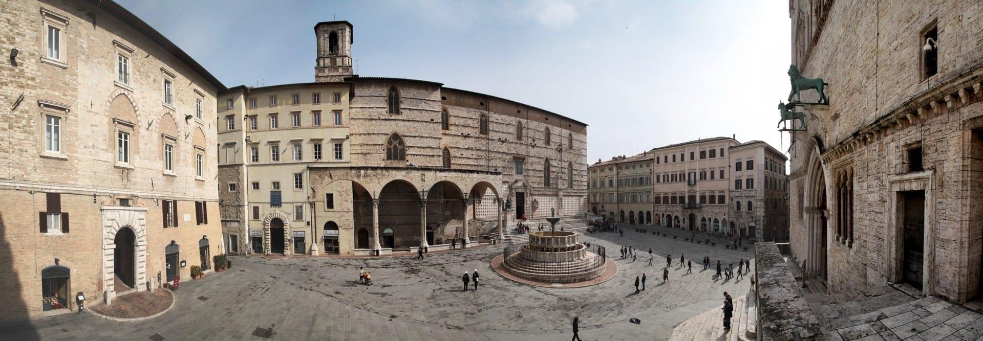 La Piazza IV novembre, la plaza central de Perugia, con la Fontana Maggiore en el centro Perugia Italia
