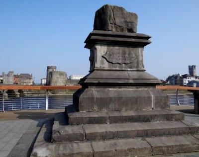 La Piedra del Tratado posada en el Puente de Thomond Limerick Irlanda