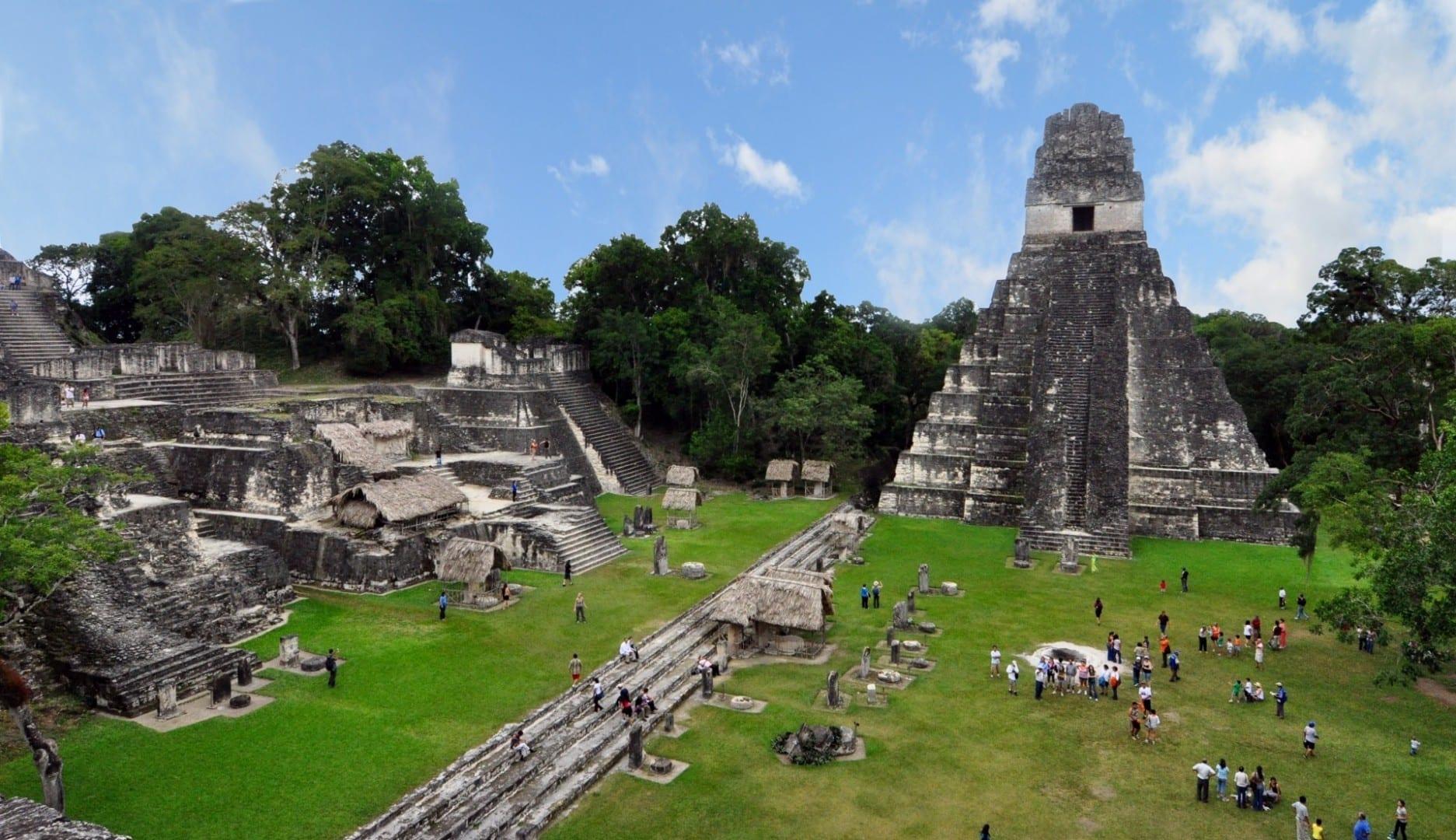 La plaza de la ciudad todavía está llena de vida hoy en día Tikal Guatemala