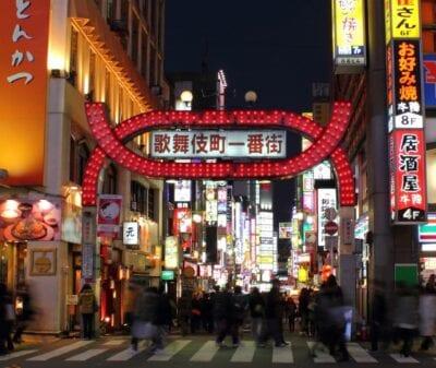 La puerta de Kabukichō por la noche Shinjuku Japón