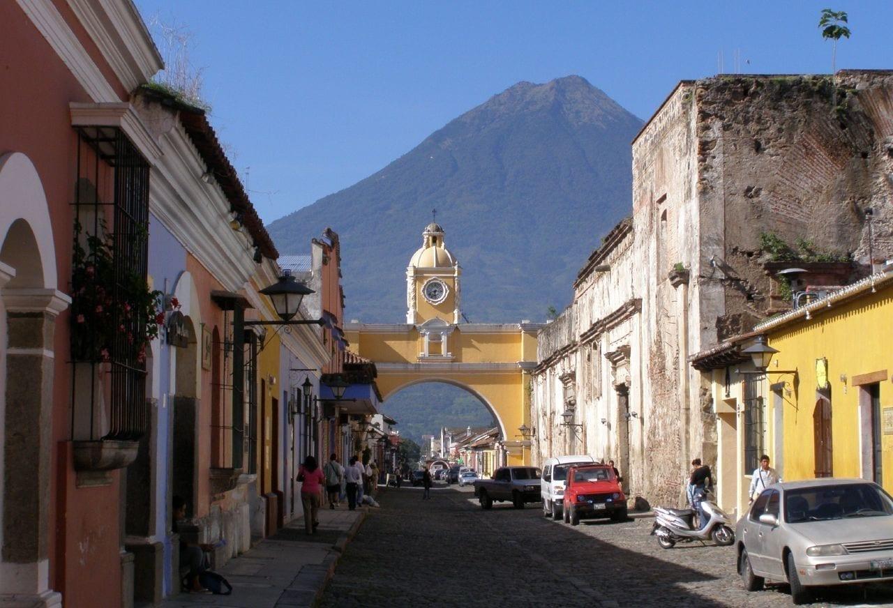 La quintaesencia de Antigua: el Arco de Santa Catalina, con el Volcán Agua al fondo. Antigua Guatemala Guatemala