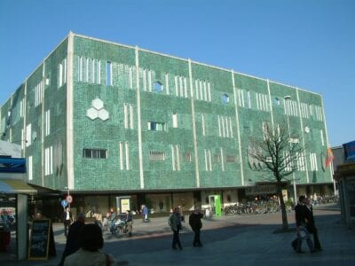 La sucursal de Eindhoven de los grandes almacenes holandeses De Bijenkorf tiene una fachada modernista, con el tema del panal reflejando el nombre de la tienda. Eindhoven Países Bajos