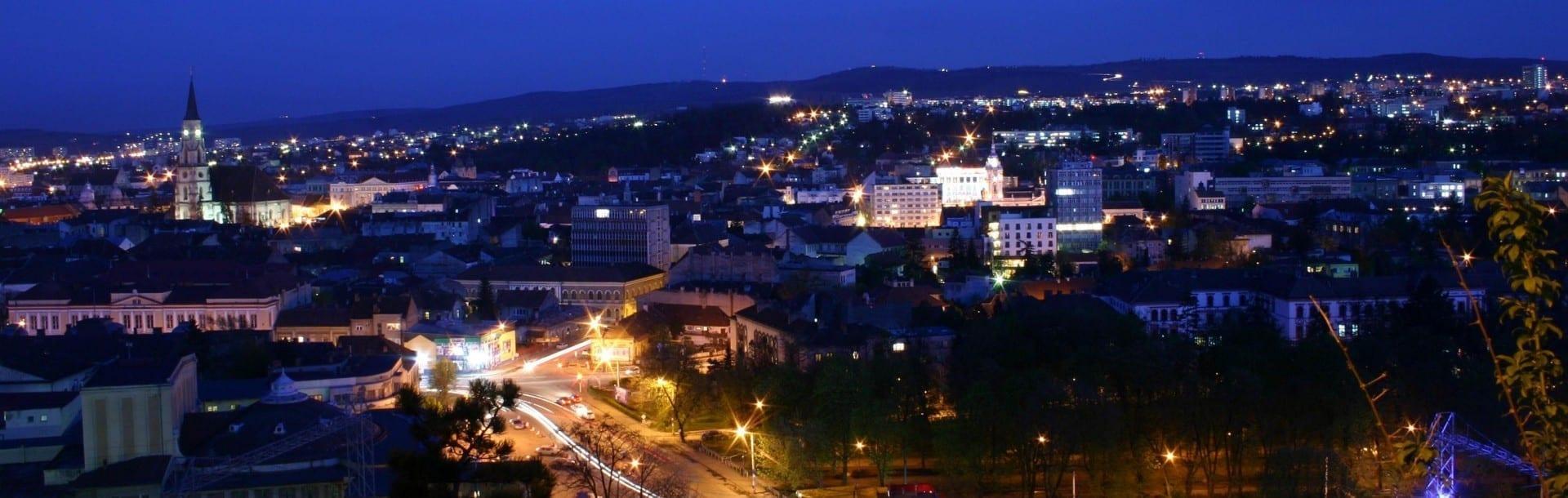 La vista panorámica de Cluj de noche desde la colina de Cetatuia. Cluj Napoca Rumania