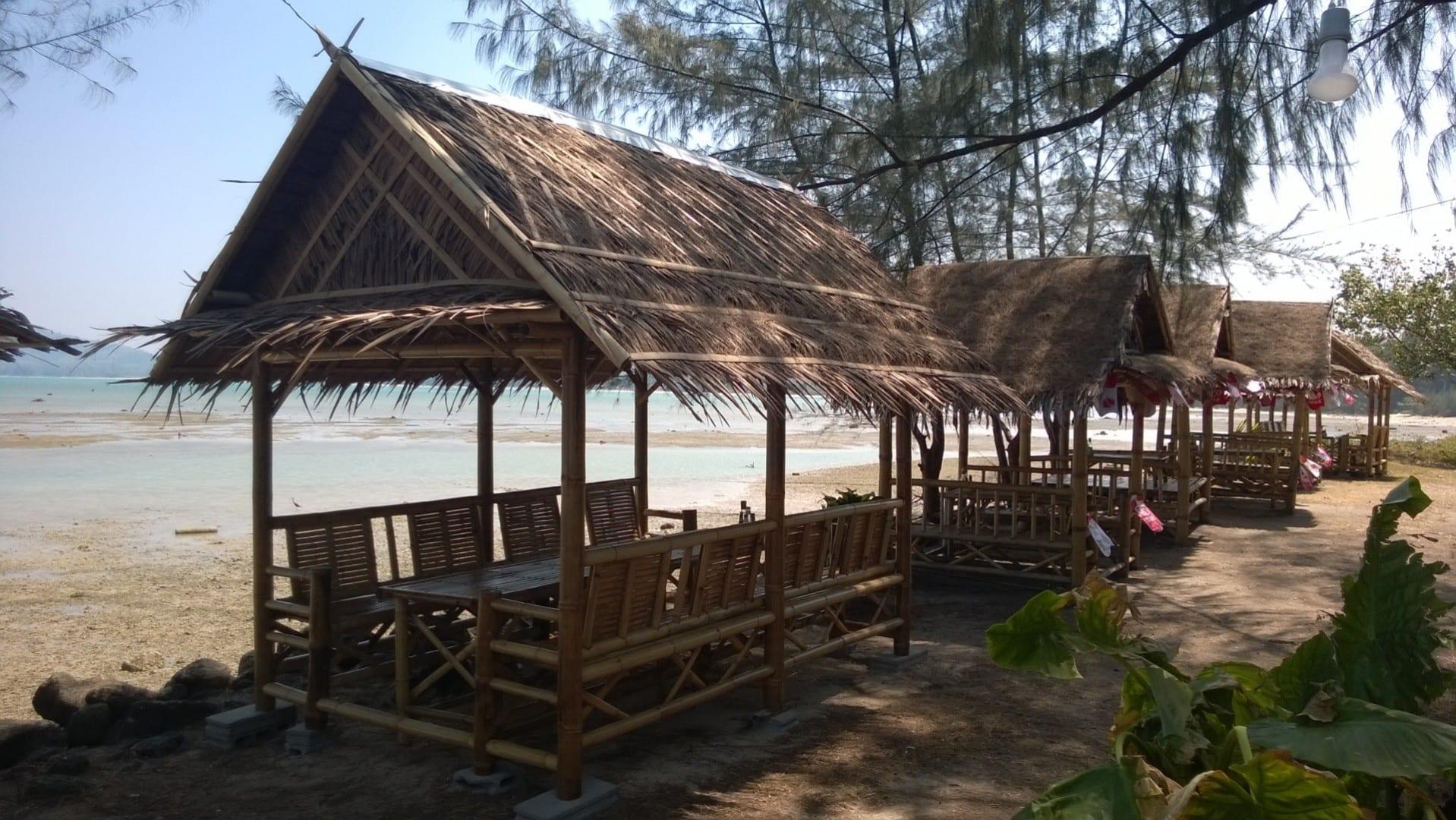 Las cabañas se alinean en la orilla de la playa Pakarang. Khao Lak Tailandia