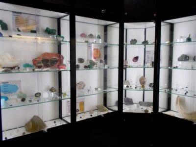 Las gemas y minerales en la Bóveda del Museo Mineralógico Amberes Bélgica