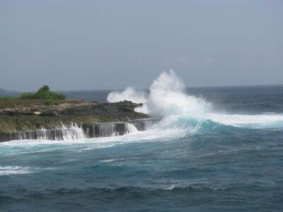 Las olas que chocan en Devil's Tear Nusa Lembongan Indonesia