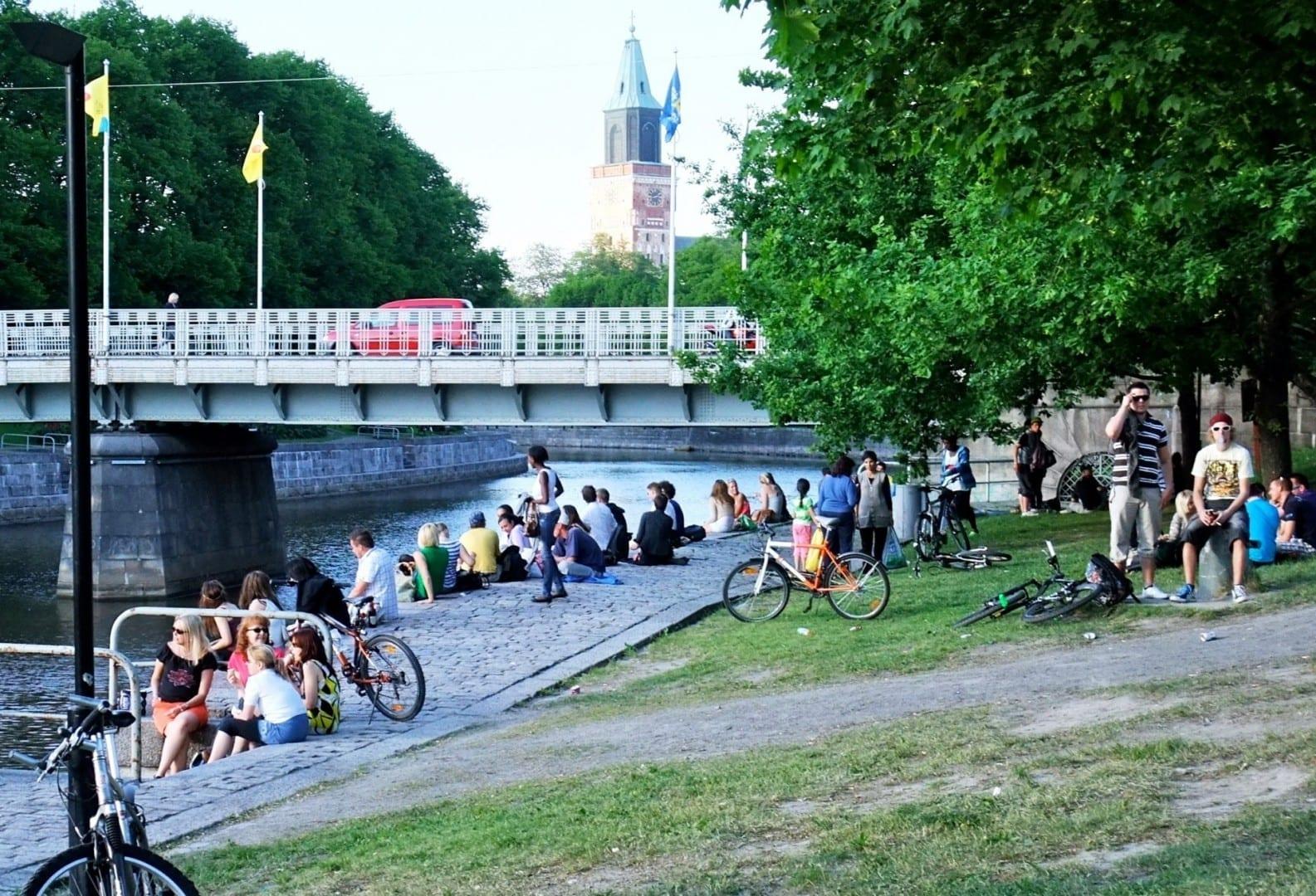 Las orillas del río Aura son muy populares entre los residentes de Turku, para caminar, andar en bicicleta o disfrutar del buen tiempo. Turku Finlandia