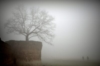 Las paredes de Ferrara envueltas en una espesa niebla Ferrara Italia