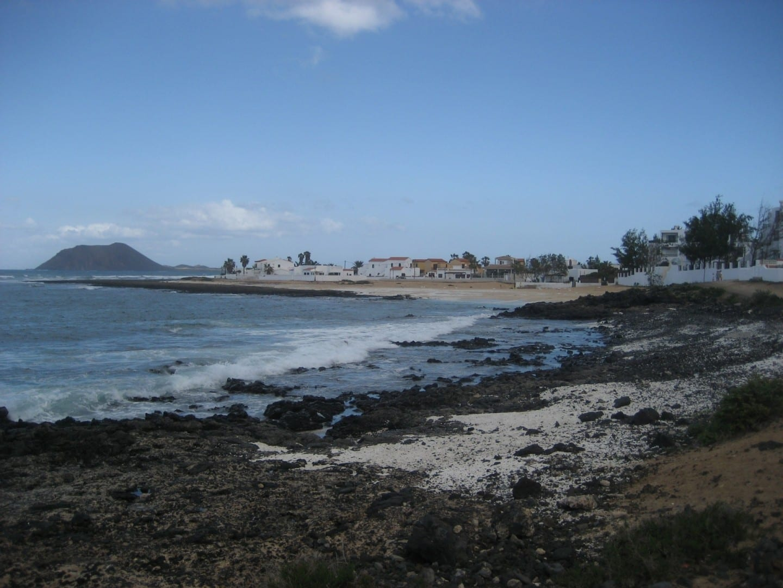 Las playas rocosas del noroeste de Corralejo, con la Isla de los Lobos al fondo Corralejo, Fuerteventura España