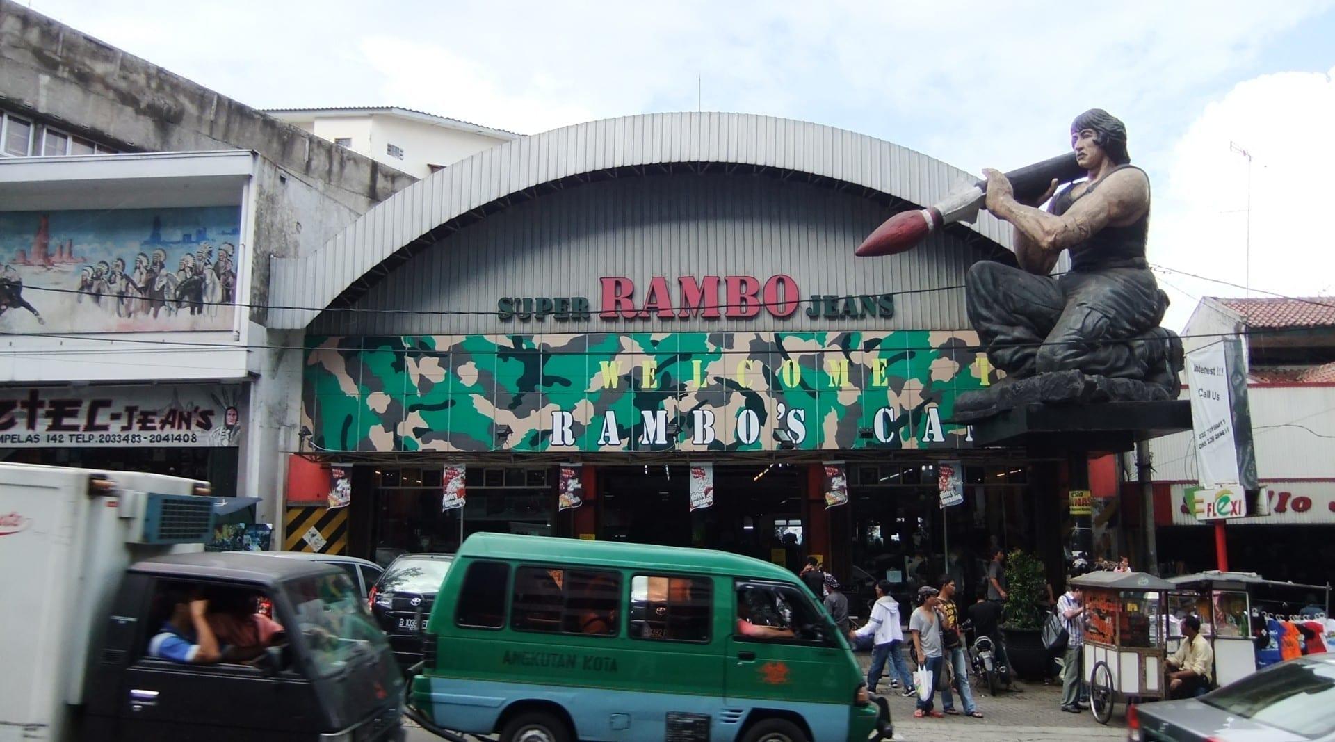 Las tiendas de jeans a lo largo de Jalan Cihampelas tratan de atraer la atención con estatuas enormes. Bandung Indonesia