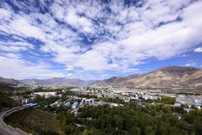 Lhasa Vista De La Ciudad Cielo Azul China