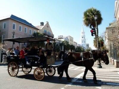 Los carruajes de caballos son una atracción popular Charleston SC Estados Unidos