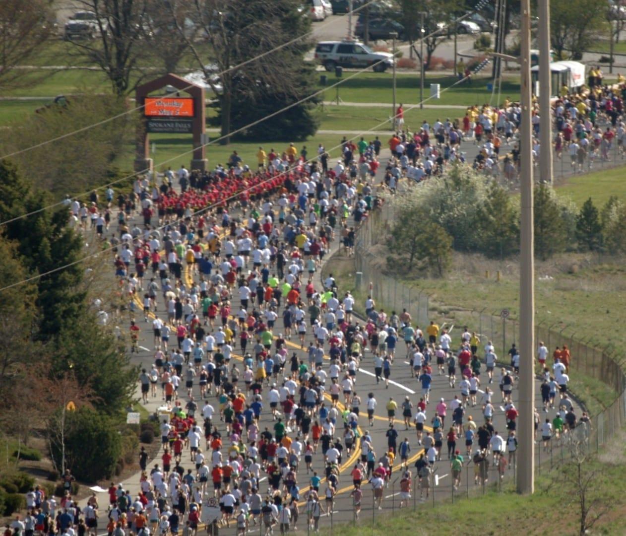 los corredores que participan en la carrera de Bloomsday Spokane WA Estados Unidos