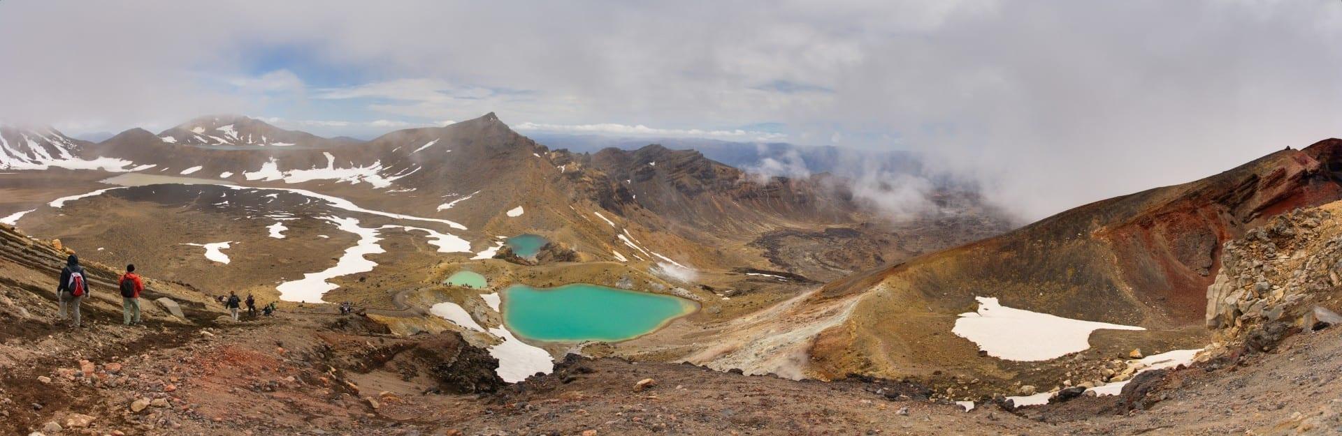 Los excursionistas pasan por el Cráter Rojo (a la derecha) y se acercan a los Lagos Esmeralda Tongariro Nueva Zelanda