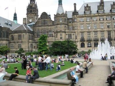 Los Jardines de la Paz y el Ayuntamiento Sheffield Reino Unido