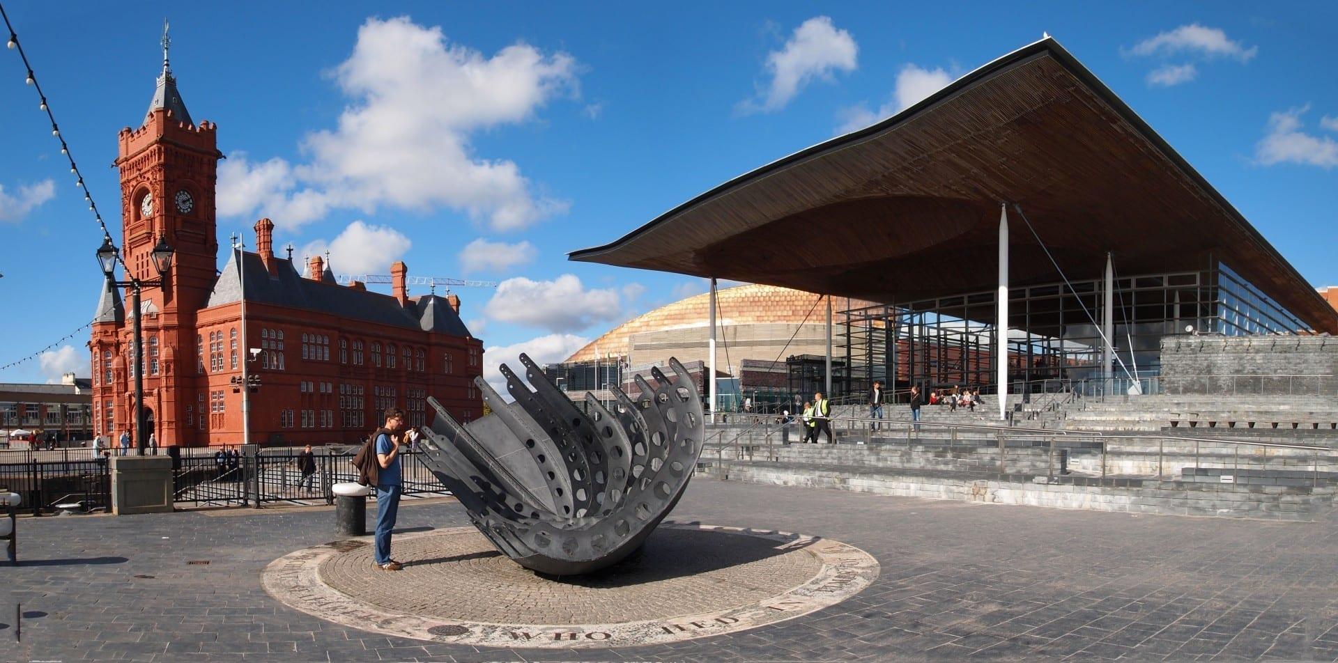 Los principales edificios de la bahía de Cardiff. Desde la izquierda: Pierhead Building, Centro del Milenio de Gales, Senedd Cardiff Reino Unido
