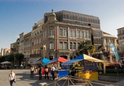 Los puestos del mercado en la Praça da República Braga Portugal