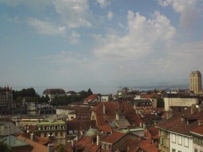Los tejados de la ciudad vieja y el Lago Lemán vistos desde la Plaza de la Catedral Lausana Suiza