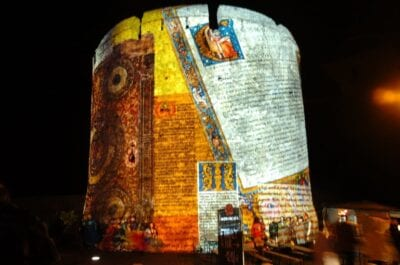 Luces de colores en las paredes del Barbican de Pécs durante el festival de Sétatér en septiembre. Pécs Hungría