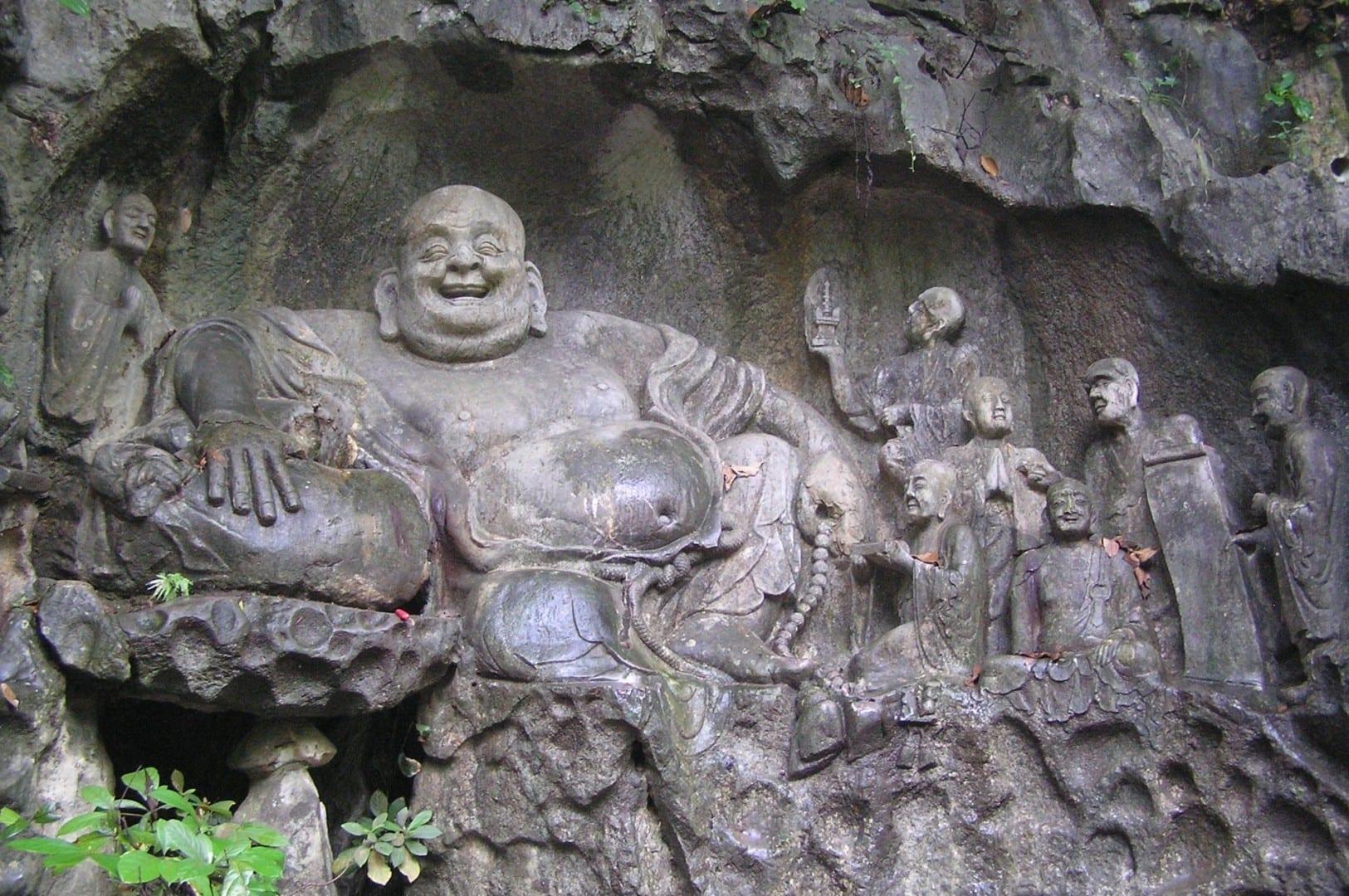 Maitreya y sus discípulos tallando en las cuevas de Feilai Feng Hangzhou China