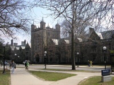 Mirando a través de la calle S. University en el exterior del Cuadrángulo de la Ley Ann Arbor Estados Unidos