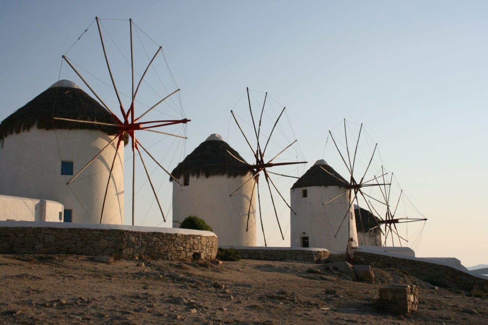 Molinos de viento en la ciudad de Mykonos Miconos Grecia