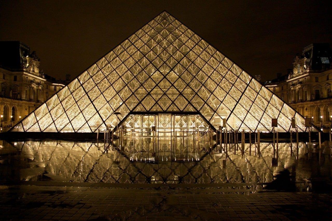 Museo Del Louvre Pirámide De Cristal París Francia