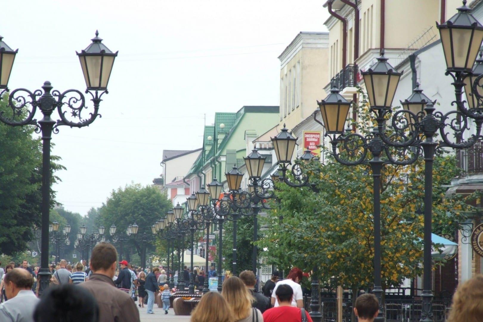 ¿Nunca has visto tantas luces de calle por metro? Ulitsa Sovetskaya en un sábado Brest Bielorrusia