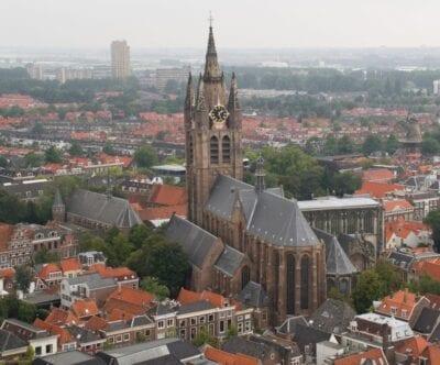 Oude Kerk se eleva sobre la ciudad Delft Países Bajos