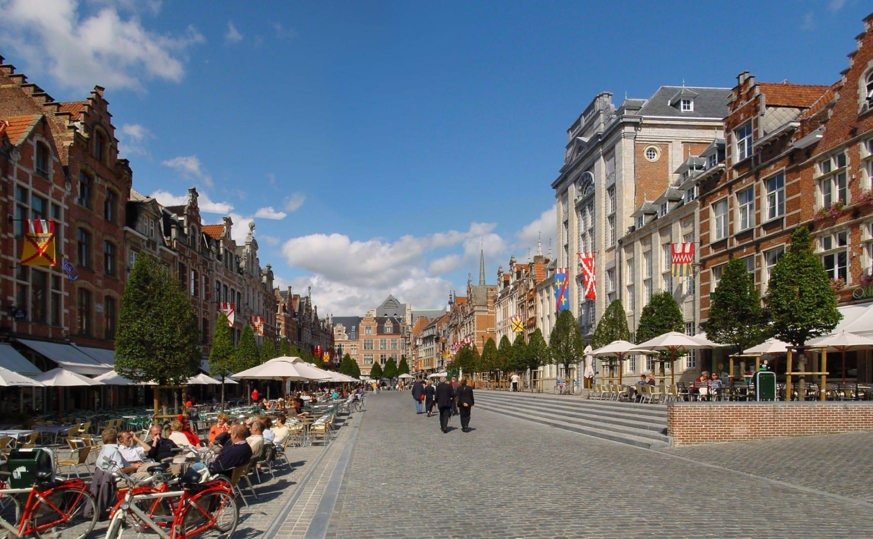 Oude Markt, con más de 45 bares y restaurantes. Lovaina Bélgica