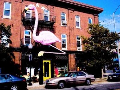 Pink Flamingo sobre el Cafe Hon en Hampden Baltimore Estados Unidos