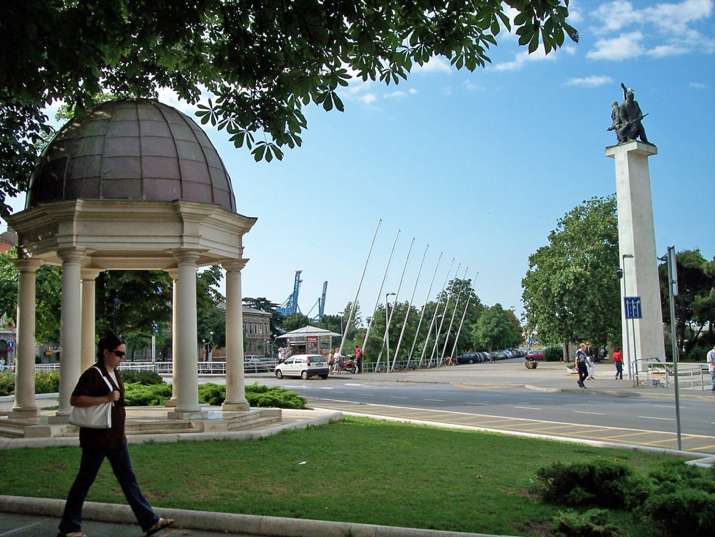 Plaza en el puente sobre el río Rječina Rijeka Croacia