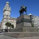 Plaza Independencia con el Palacio Salvo y la estatua de Artigas Montevideo Uruguay