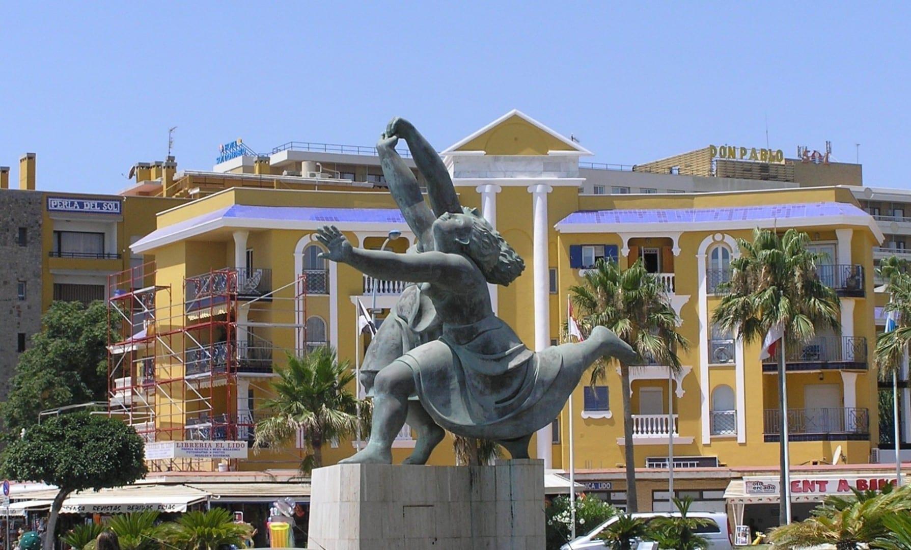 Reproducción de las dos bailarinas de Picasso, Torremolinos, julio de 2007. Torremolinos España